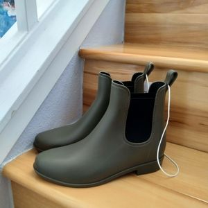 A new day green rainboots size 6